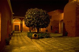 Arequipa_Convent_at_night.jpg