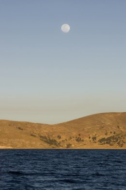 Lake_Titicaca_Moon_over_lake.jpg